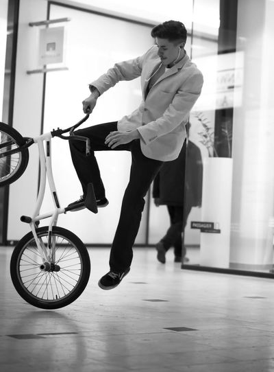My Hobby my way Blackandwhite Passage Fotoshooting Guter Tag Leipzig Innenstadt Flatlandbmx Jordan David Trick  Deutschland Sommer Check This Out Picture New Bmx  Full Length Real People Bicycle Lifestyles One Person Transportation Young Adult Indoors  Looking Mode Of Transportation Young Men Activity Day Front View
