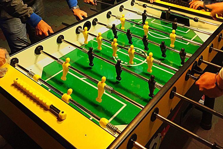 Football Fever Black Versus Yellow - 4 amici al bar che giocano a Calciobalilla - Crazy Moments 🌏my Life⛩ Italianeography Keep Smiling