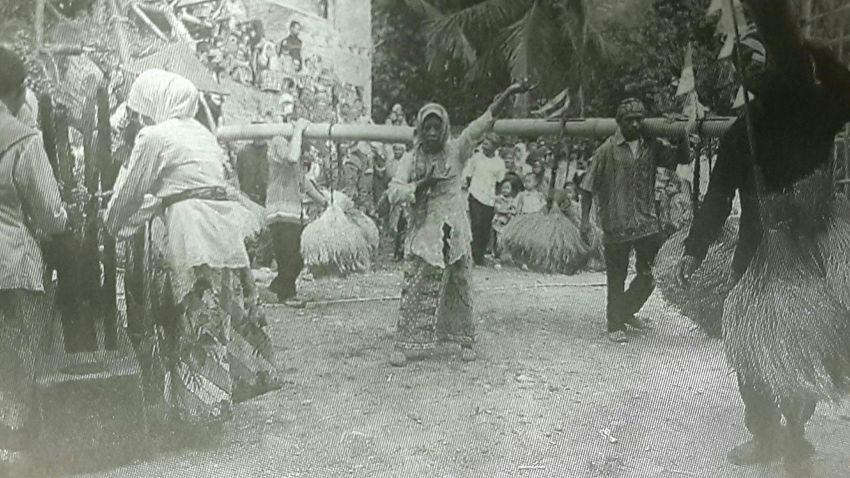 Capturing original picture (Kompas/Ahmad Arif) on page 14th of Kompas Daily Newspaper (10/27/15). Masyarakat Adat Kasepuhan Pare Gedhe