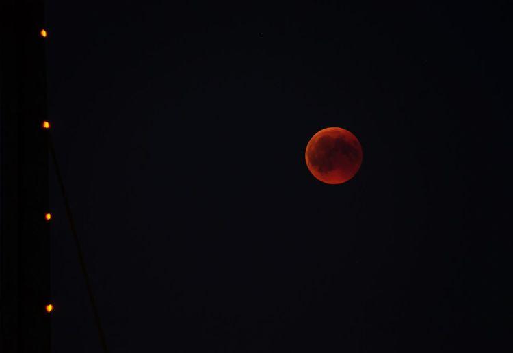 Blutmond-Flagge oder eine 10 /Links die Rheinkniebrücke könnte eine 1 darstellen und der Mond wäre dann die Null. Astronomy Moon Red Sky Planetary Moon Moon Surface Full Moon Astrology Space And Astronomy Sky Only Space 10
