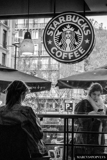 """Título: """"Manias alligatum"""" Autor: Marcus Populus Lugar: Plaza de los Cubos, Madrid. Cámara: SONY DSC-RX100 Punto F: f/5.6 Tiempo de exposición: 1/500s Velocidad ISO: 1600 Distancia focal: 37mm Fotografía Urbana Madrid Spain Plaza De Los Cubos Starbucks Coffee"""