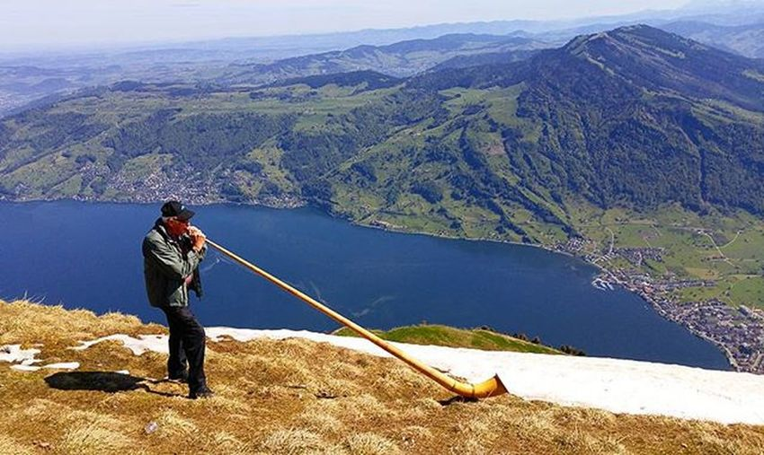리기산 정상 가득 퍼지는 알펜호른 소리 알펜호른을 들쳐매고 이리저리 다니던 아저씨는 마침내 우리 앞에 자리잡고 멋지게 한곡조 불어주셨다(?) Luzern Lucerne Switzerland Swiss Hiking Tour Rigi Rigikulm Alphorn 루체른 스위스 하이킹 여행 리기쿨룸 리기산 알펜호른