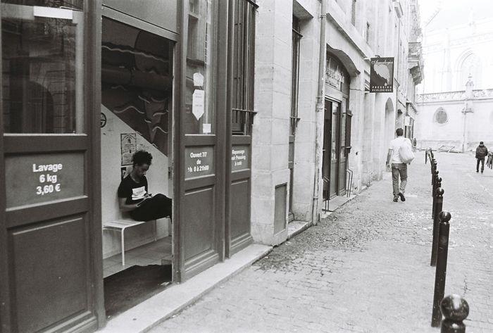 Pressing Low Cost 35mm Streetphotography Blackandwhite Kodak Tri-X 400 Filmisnotdead Ishootfilm Bordeaux Laverie Argentique 28mm Lens
