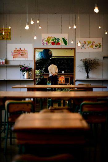 よく、机越しに気になるものを見ていた。そんな記憶。 Table Indoors  Seat Chair Restaurant Architecture Illuminated Furniture Wood - Material Cafe Food And Drink Industry Stool