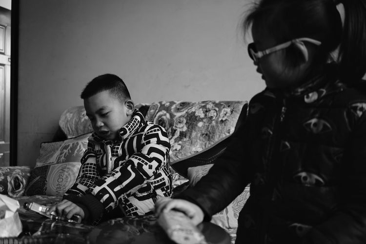小男孩与玩具枪 Children Monochrome Black And White Real People Childhood Togetherness Indoors  Family Home Interior Lifestyles Elementary Age Sitting