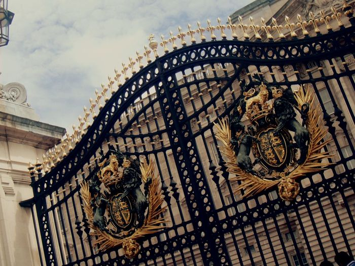 Famous Doors Buckingham Palace London Touristdilemma HouseTooBigg Goldendoor Travel Destinations Golden Door Letmein Intricatedetails