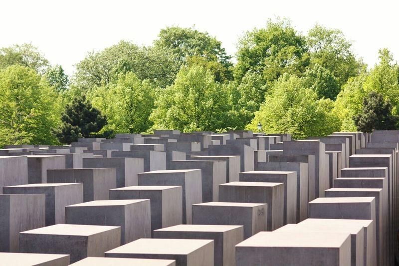 Il Fatto: se ti inoltri nel dedalo di questi blocchi...facilmente ti perdi. Il MESSAGGIO: in un ordine geometricamente costituito ...è possibile perdersi e perdere il senso della realtà. Memoriale dell Olocausto, Berlino. I Love Berlino I Love Berlin Popular Photos Memory