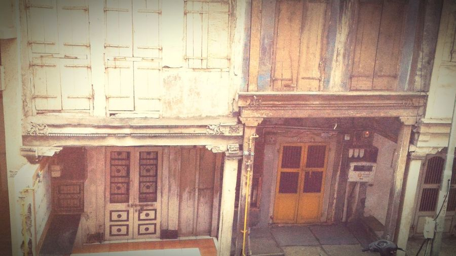oLd stRee Old Building Exterior Architecture Exterior Window Built Structure Full Frame Weathered First Eyeem Photo