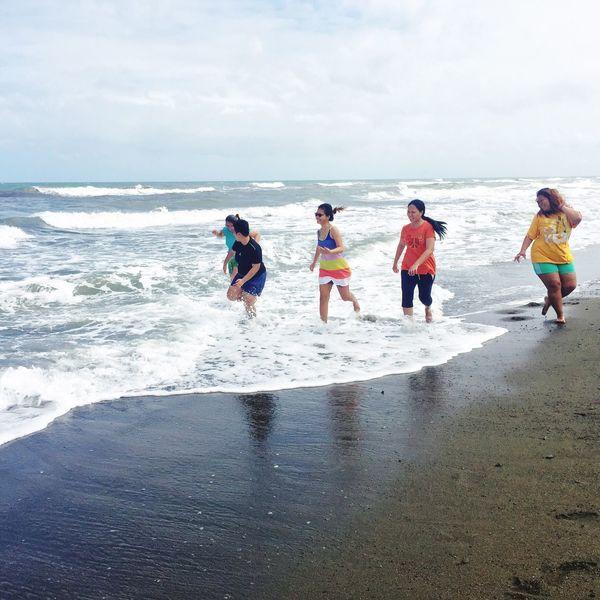 Having fun at the Beach 🌊 IPhoneography sSeabBeachhHorizon Over WaterwWaternNaturesSkybBeauty In NaturerReal PeoplelLeisure ActivitysSandsScenicslLifestyleswWalkingcCloud - SkydDaymMensStandingtTogethernessoOutdoorswWave Travel Vacations Young Women Mature Women