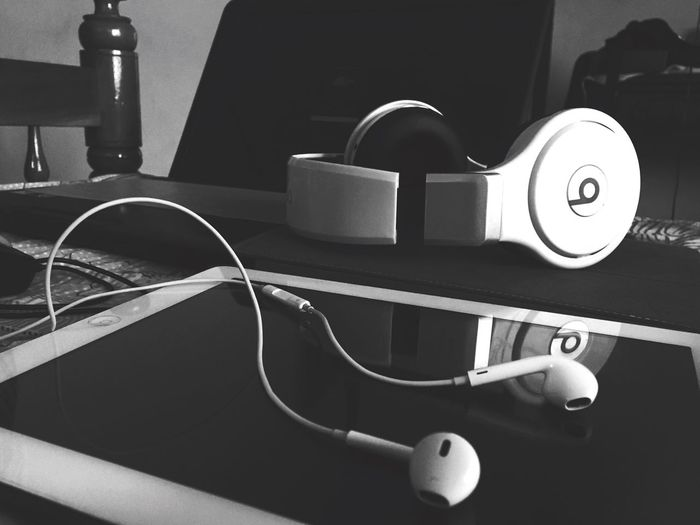 Monochrome Photography IPhoneography Ipad Indoors  Play Earpods Blackandwhite ShotoniPhone6s Gadgets