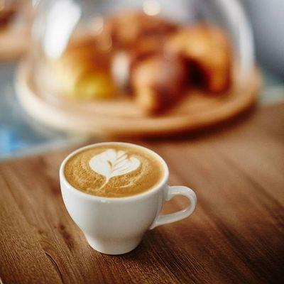 W ten piątkowy, słoneczny dzień aż się prosi o filiżankę pysznej cappuccino z croissantem podanym wraz musem kakaowo-daktylowym? Zapraszamy do Kawy Rzeszowskiej. Rzeszów Rzeszów Coffee Coffeetime Barista Aeropress Mobilnakawiarnia Kawa Instamood Instagood Instalove Instacoffee Igersrzeszow Kawarzeszowska Coffebreak Coffeetogo Coffeelove Love Photooftheday Happy Bestoftheday Instamood Kawasamasięniezrobi Kawarzeszowska Kawiarnia chemex browni kawarzeszow rzeszowrobikawe