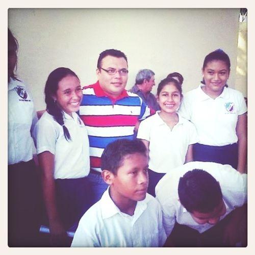 mi maestro: el profe kike y asu lado derecho de el esta mi mejor amiga Dayanaa Cadena