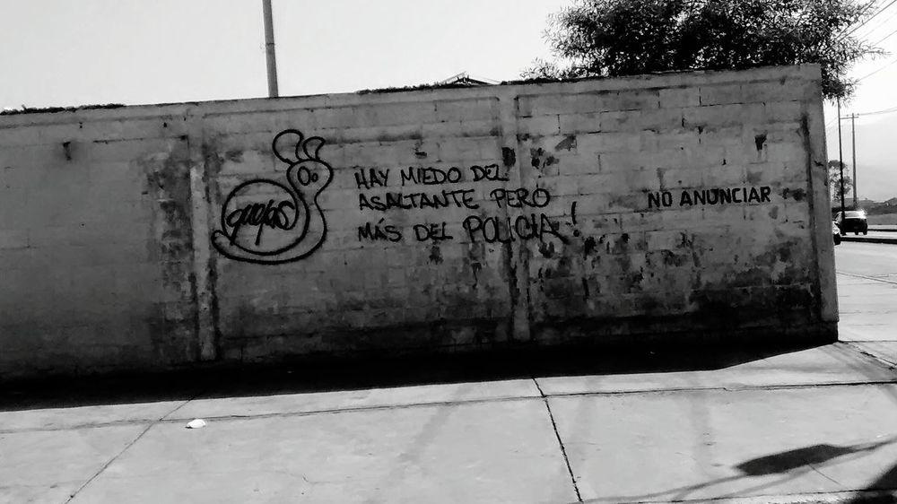 """""""Hay miedo del asaltante pero mas del policia"""" Desgraciadamente, asi es. Mexico B&w Society True Fear Gobierno Tirania TheSadTruth"""