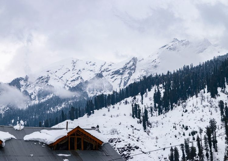 Scenic view of snow covered mountains against sky in solang valley, himachal pradesh, india