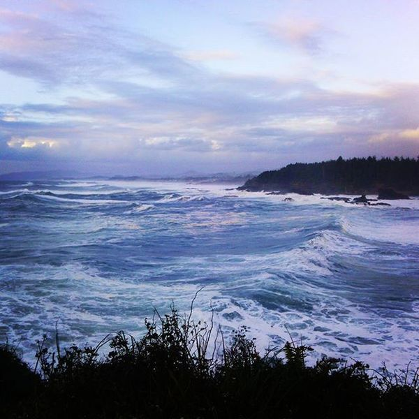 Rollingseas Oregoncoast Beachlife Landscape Crashingwaves Bluesky Ocean