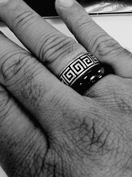 Fingerring Gothic Blackandwhite