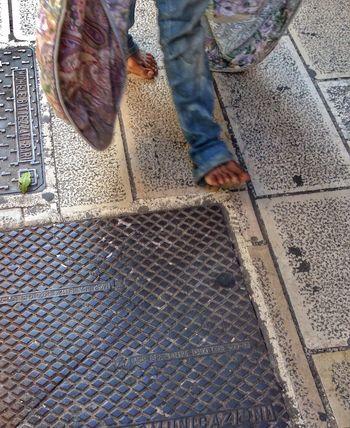 Persone Piedi Nudi Scalzi Scalzo Camminare Coperta Senzatetto Up Close Street Photography The Photojournalist - 2016 EyeEm Awards Maximum Closeness