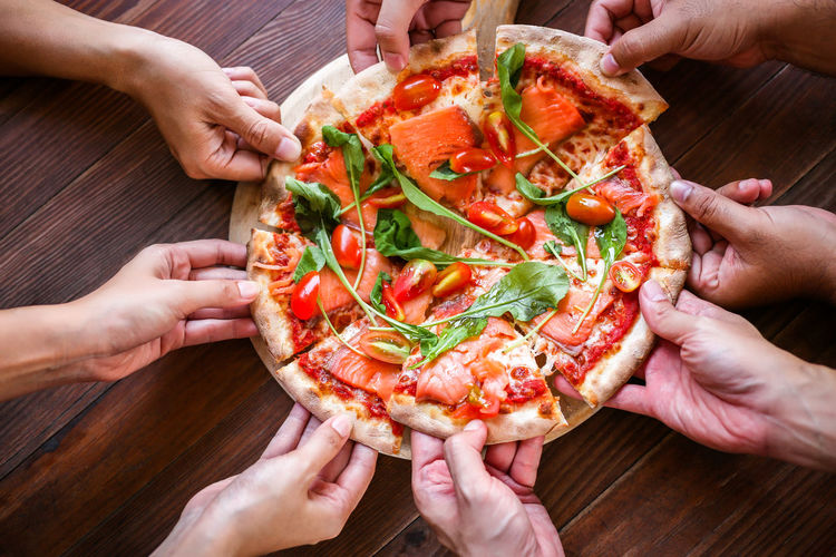 Eating Enjoy Eating Hands Happy Hungry Lunch Meal People Watching Pizza Time Pizzalover Smoke Salmon Wooden Table Appertizer  Appertizing Delicious Food Junk Food mealtime People Pizza Pizzeria Pull Time Vegetable Yummy