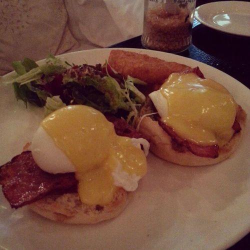 My favourite EGGS BENEDICT @wingvenus Brunch_Club Mimis_favourite Eggs_benedict