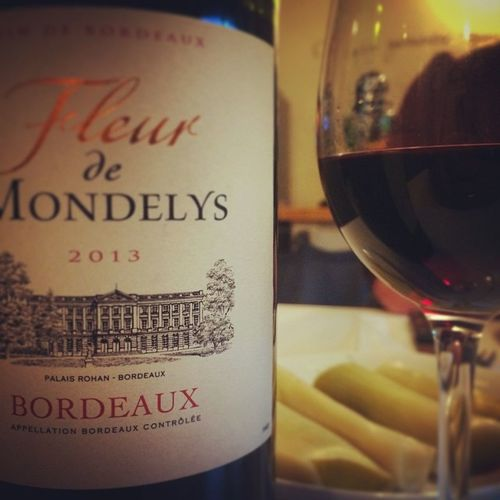 La couleur rouge me va bien. Wino Winolife Instawine Redwine Winestagram Bordeaux