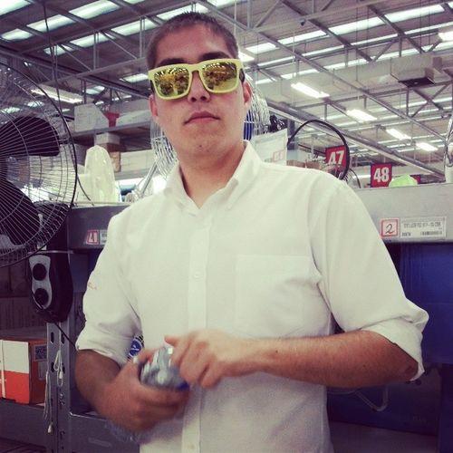 El Manu Modelando mis Gafas Sunglass