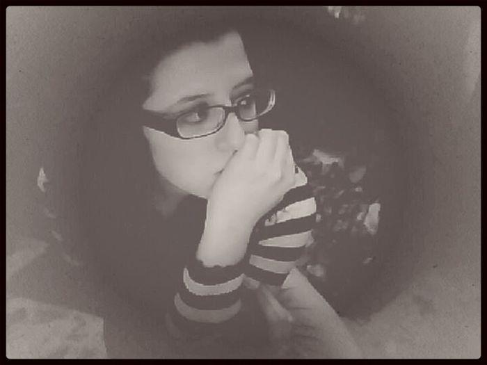 Ho il cervello in sovraccarico di pensieri strani, oggi sto peggio di ieri ma molto meglio di domani.