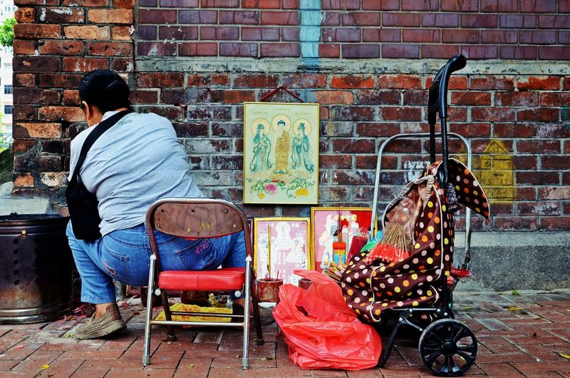 Art&craft Artandcrafts Beautiful Art Brick Wall Bricks Brickstones Chair In The Street City Street Art Clochard Hongkonger Old Artists Painter Painting In The Stree Person Sitting Person's Back Pictures Tell A Story Red And Brown Shopping Trolley Sitting On A Chair Street Artist Street People Streetart Streetphotography