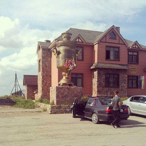 На въезде в Lisakovsk стоит почти пяти метровый самовар.