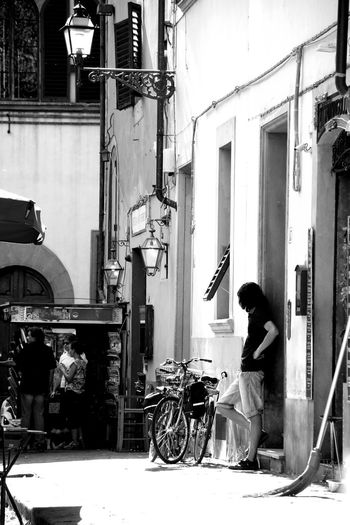 Blackandwhite Monochrome Allone  Tadaa Community Picoftheday Amazing View Europa Streetphotography Nostalgie Architecture Laterne Lantern Easygoing Easy Kiosk Full Length Occupation Manual Worker Domestic Life Built Structure