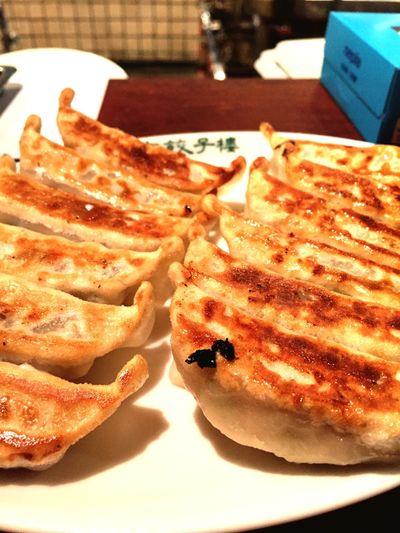 超人気店。とても賑わってる店内でいただく焼き餃子がとても美味しい!セットとかはないので、餃子とおつまみにライスを付けてランチ。 Juicy Pork Dumplings Dumplings Food Lunch