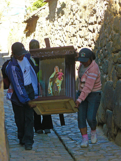 PREPARING THE MARIA`S PROCESSION Faith Maria Ollantaytambo - Peru Peru Pray Procesion Religion Virgen María