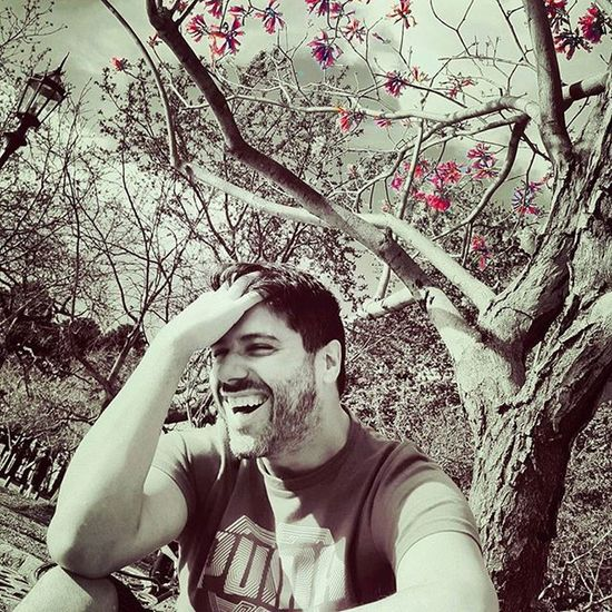 Amo el color splash. Ahora si buenas noches a tod@s! Colorsplash Smile Risa Sonrisa Me Instagood Sepia Instamen Instamoment Portrait Beard Beardedmen Scruffy Scruffymen Puma Tree Myfavoritetree árbol Ramas Branch Afternoon flower pink vscocam