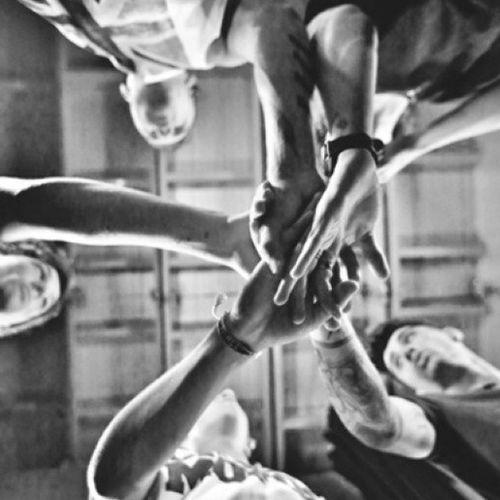 4 anos... É tão gratificante fazer parte desses 4 anos, acompanhar e crescer juntamente com eles... 4 anos e vamos continuar na mesma direção @One Direction. 4YearsOf1D 4YearsOfOneDirection Onedirection Congratulations1D