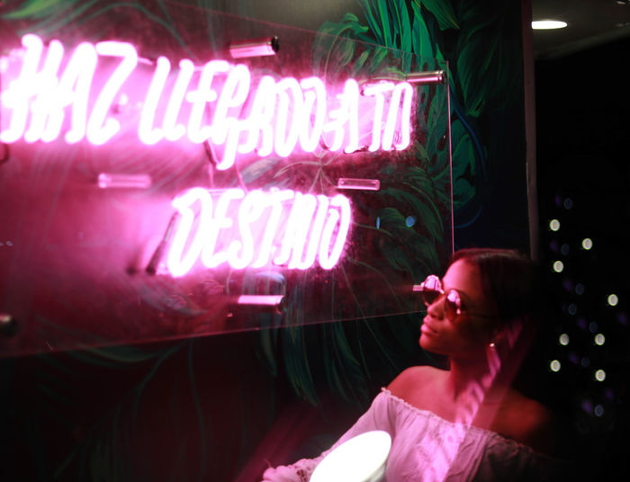 🛄HAS LLEGADO A TU DESTINO 🛫🛬👸🏾 Ebonymodel Night Nightphotography Neon Lights Neon Sign Destiny Destination Neon Illuminated Men Pink Color Street Art Blooming