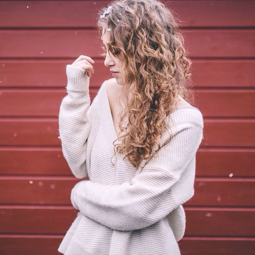 That's Me Girl Curly Curly Hair! Sweaterweather Newin Red Wall Fashionblogger Blogger