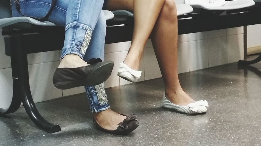 Human Body Part Human Leg Sitting Shoe Fashion Lifestyles Indoors  Two People Women People Life Life Is Beautiful Opuestos Versus Dialogue Waiting Wait Esperando
