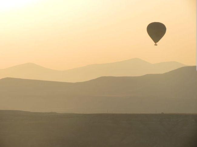 Capadocia, Turquía. Flying Balloon Mountain Sunset Mid-air Adventure Ballooning Festival Sky Landscape Helium Balloon Tranquil Scene Silhouette Outline Scenics