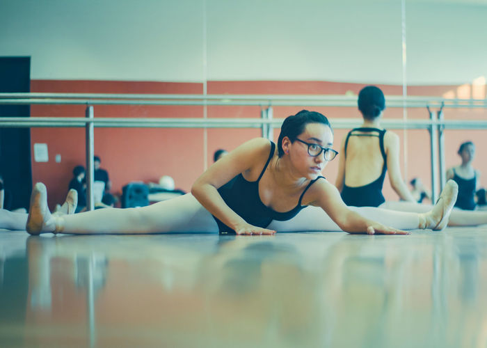 Balance Ballet Ballet Class Ballet Dancer Ballet Dancers Ballet Studio Ballett Beautiful Woman Concentration Day Exercising Flexibility Indoors  Leisure Activity Lifestyles One Person Practicing Real People Sitting Skill  Sports Clothing Teamwork Young Adult Young Women