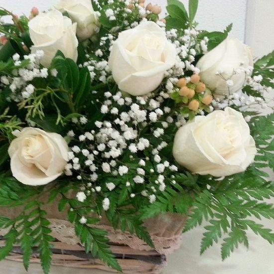 Y más flores para una futura novia. Engagement flowers. @mariaplasticoscarrera Vigo Aleafloristerias Flowers Flores Alea Celebration Engagement Compromiso Roses Rosas Blanco Basket Cesta White