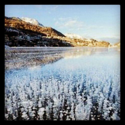 Замерзшие пузырьки газа на озере Сент Мориц , швейцария .