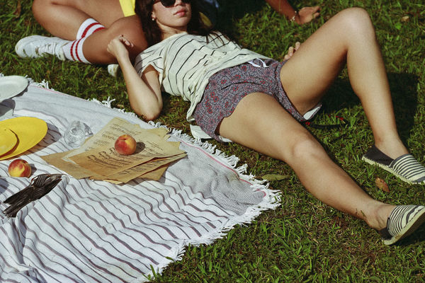 #ProjectNeverland (Lookbook + Food): #CallMeByYourName *Project Neverland is a way for us to show our love for Movies, TV Shows and Books in a Fashion way. We make references, not cosplays. Lookbook + Food. Food by Pri Perobelli. 80s MOVIE Relaxing Retro Summertime Adult Call Me By Your Name Cozy Day Friendship Girls Grass Leisure Activity Lookbook Lying Down Men Outdoors Peaches People Picnic Real People Summer Togetherness Two People Young Women