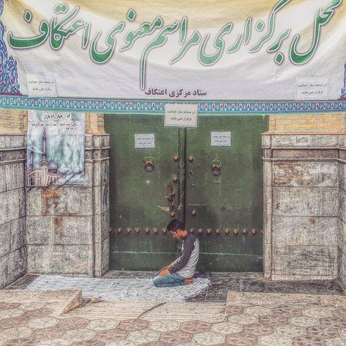 . مسجد خانه خداست اگه به هر دلیلی بسته شد خب دم در میشه نماز خوند . . . . دیگه از منبر بیام پایین یا_علي اعتکاف