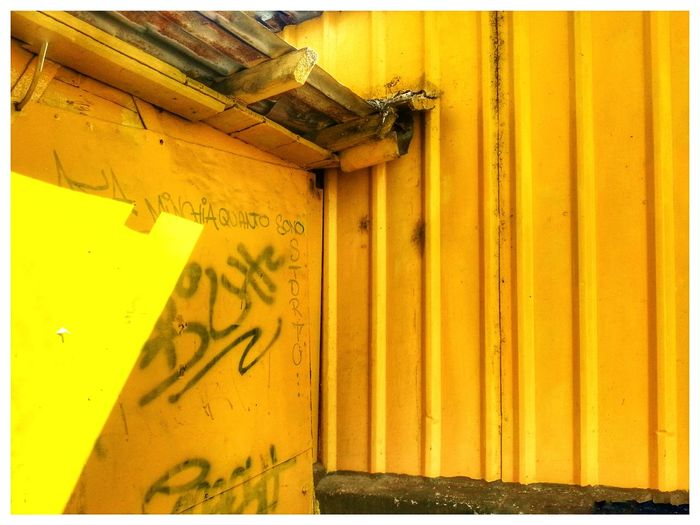 Minchia quanto sono storto / fucx I am really stoned Text Scritte Sui Muri Yellow Day No People Close-up Outdoors Huts Hütte Baracchetta Lamiera Exterior Corner Sheet Metal Wall Travi Smartphone Photography Android Photography Note 2 Built Structure Paint The Town Yellow