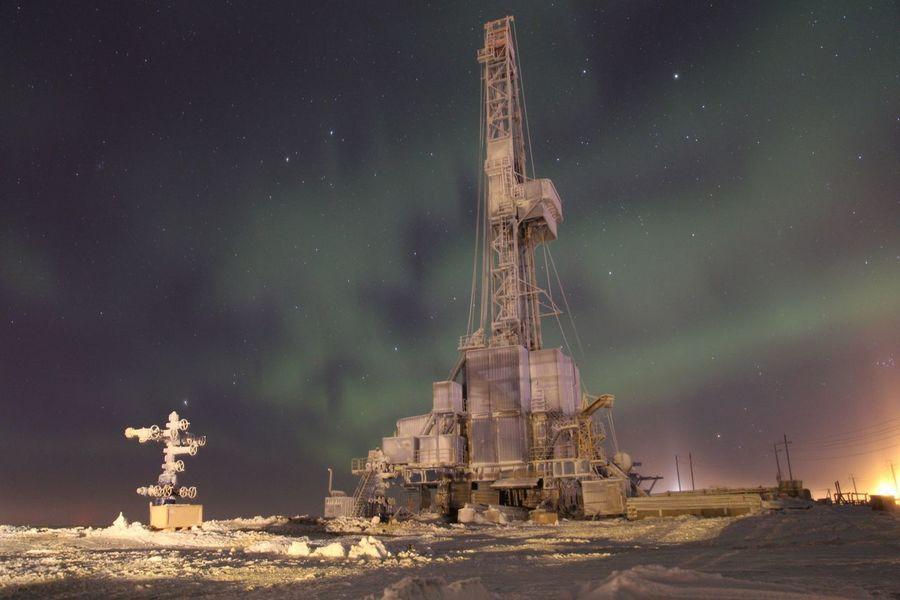 Звезды сияние север Тундра Природа газ буровая вышка заполярье