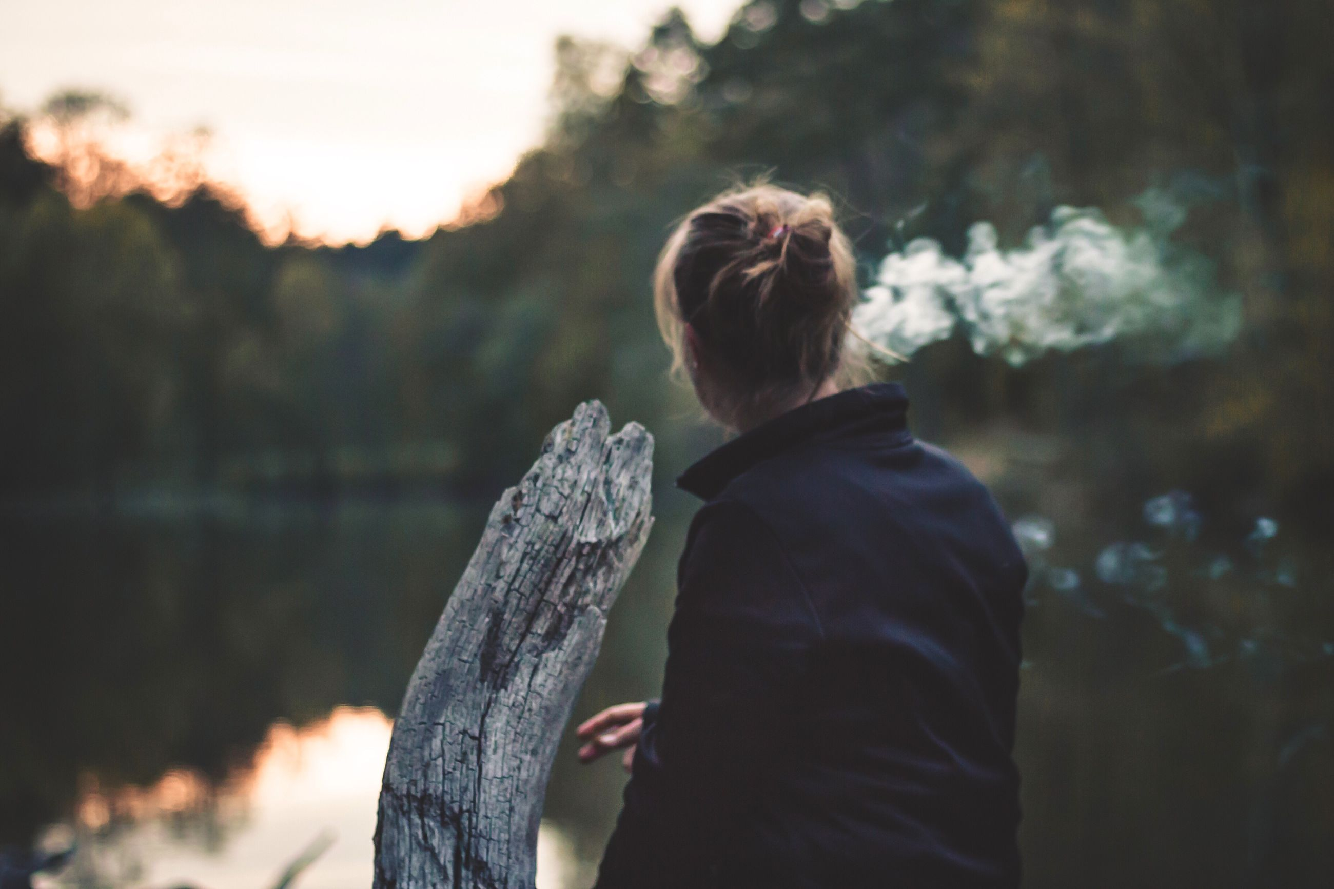 focus on foreground, rear view, lifestyles, waist up, casual clothing, leisure activity, standing, three quarter length, person, side view, outdoors, childhood, long hair, nature, tree, day, headshot, warm clothing