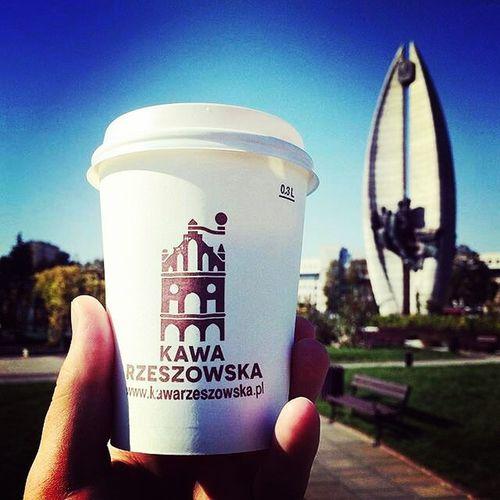 Zrobiło się słonecznie więc warto zabrać ze sobą Kawę Rzeszowską i iść na spacer. Spotkacie nas w CH Plaza w strefie Food Court oraz na ul. Kościuszki 3 w podwórzu. Do zobaczenia. Fot: @knrd90 Rzeszów Rzeszów Coffee Coffeetime Barista Aeropress Mobilnakawiarnia Kawa Instamood Instagood Instalove Instacoffee Igersrzeszow Kawarzeszowska Coffebreak Coffeetogo Coffeelove Love Photooftheday Happy Bestoftheday Instamood Herbata Kawasamasięniezrobi Kawiarnia chemex syphon aeropresscoffee kawaswiezopalona spacer kawa pysznie
