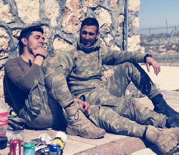 sıkı bir operasyon sonrası bir cigara molası Tsk Afrin Afrinoperasyonu Men Adult Young Adult Young Men Only Men Togetherness Outdoors