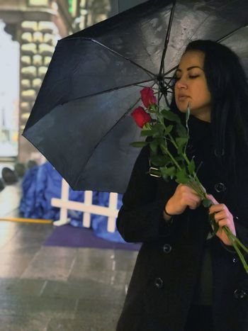 Night Art is Everywhere Art Beauty Pozing Under Rain Red Roses Winter Woman Holding Adult Real People Umbrella Lifestyles One Person Women Standing Leisure Activity Flower Arrangement Bouquet Architecture Nature Wet Flower City Celebration Rain Outdoors A New Perspective On Life