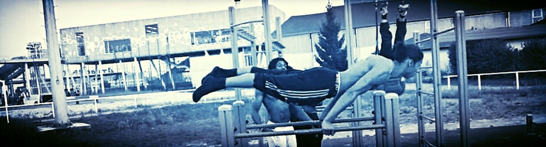 On ne devient pas champion dans un gymnase. On devient champion grâce à ce qu'on ressent ; un désir, un rêve, une vision. On doit avoir du talent et de la technique. Mais le talent doit être plus fort que la technique. ( Mohamed Ali ) Street Workout Full Planche