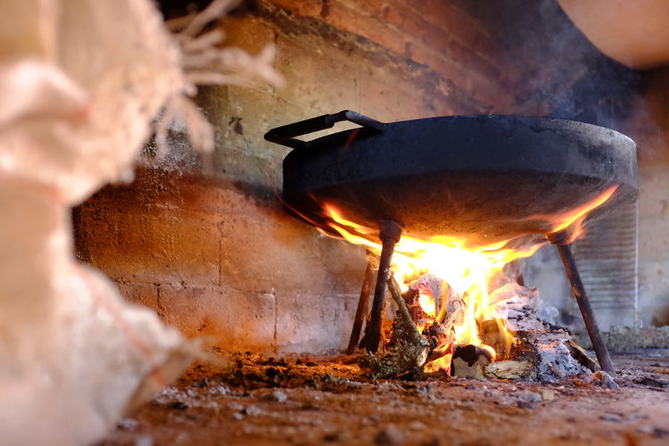 cocinando en disco de arado Fire Burning Fire - Natural Phenomenon Heat - Temperature Flame Nature Log Glowing Firewood Wood - Material Preparation  Real People Wood Motion People Selective Focus Fireplace Day Food And Drink Close-up Outdoors Bonfire Preparing Food Campfire